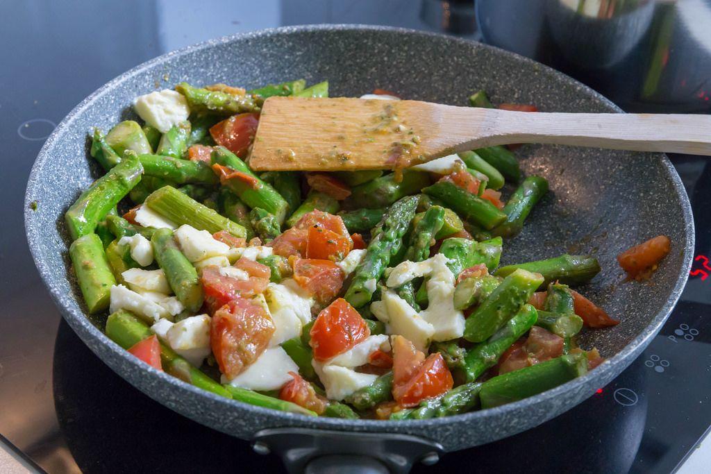 Zubereitung von grünem Spargel mit Penne, Tomate und Mozzarella