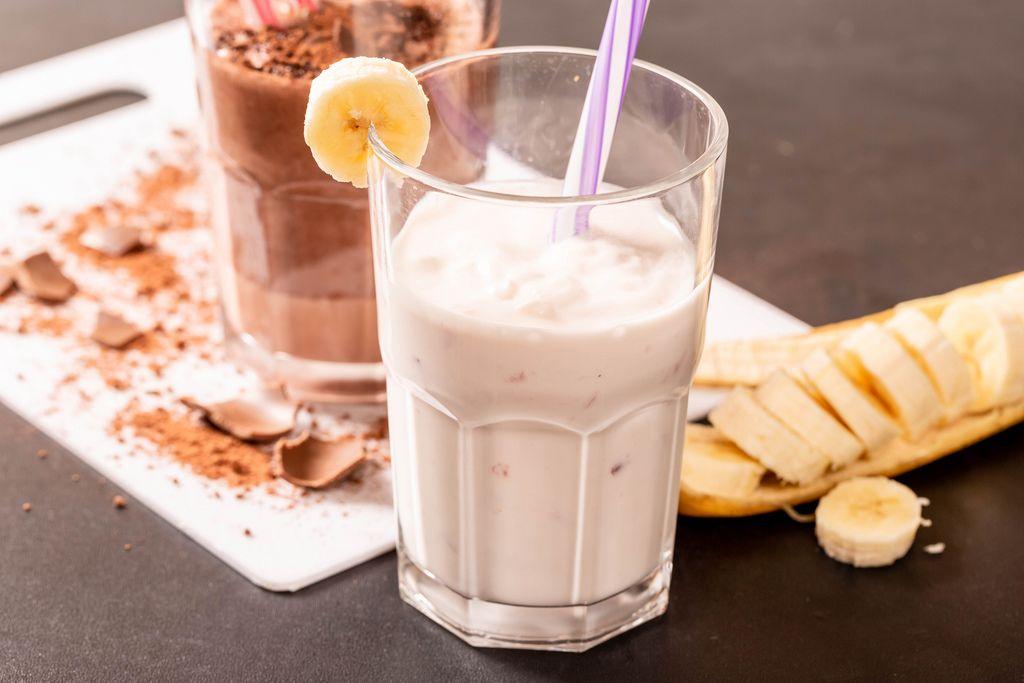 Zubereitung von Milchshakes mit Banane und Eiscreme oder Schokolade