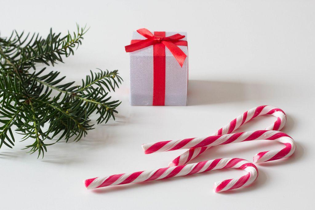 Zuckerstangen und Geschenk