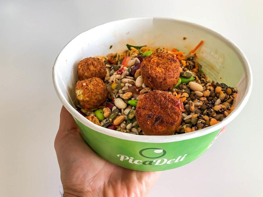 Zusammengestelles Essen von der PicaDeli Salatbar: Powerkorn-Mix mit Pasta & vegetarischen Tomaten-Basilikum-Gemüsebällchen, in der To-Go-Schale