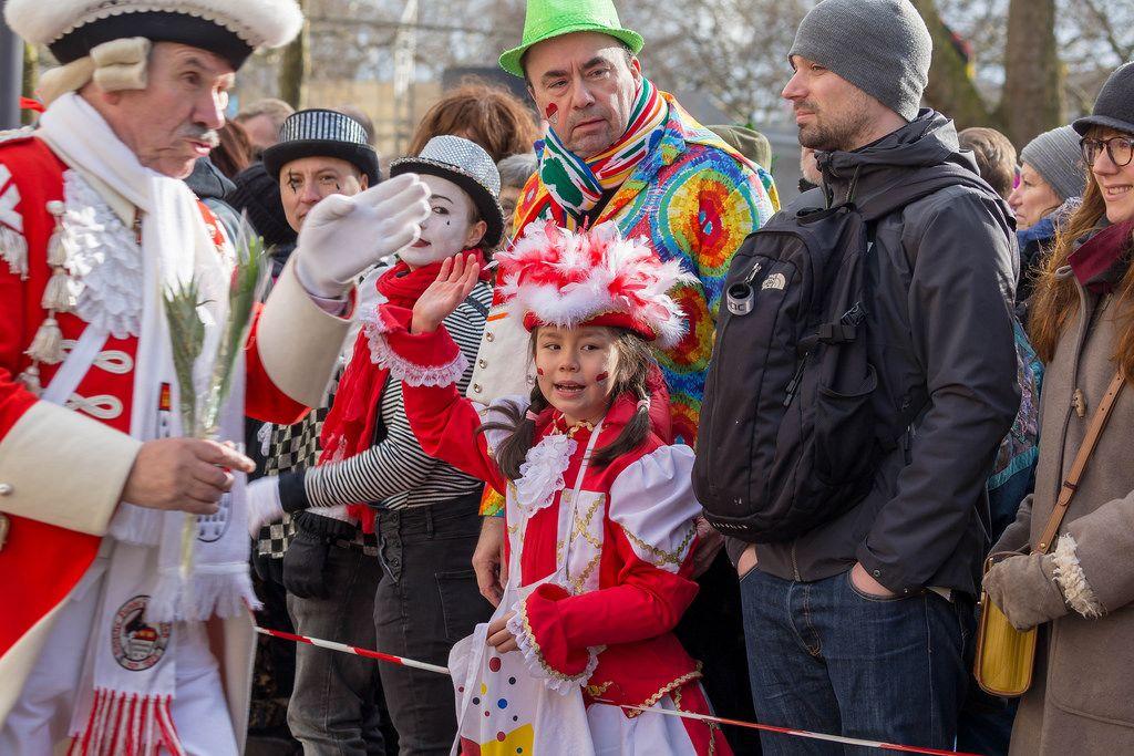 Zuschauer bewundern die prachtvoll gekleideten Roten Funken - Kölner Karneval 2018