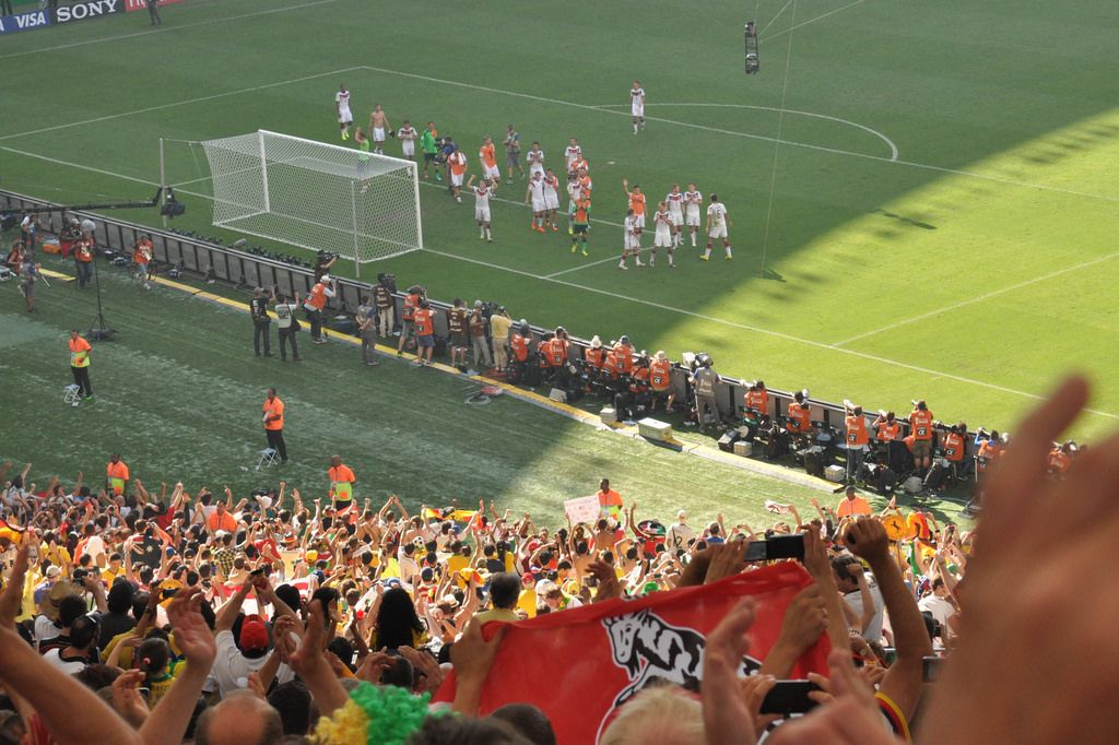 Zuschauer und deutsche Mannschaft vor dem Tor im Hintergrund - Fußball-WM, Brasilien
