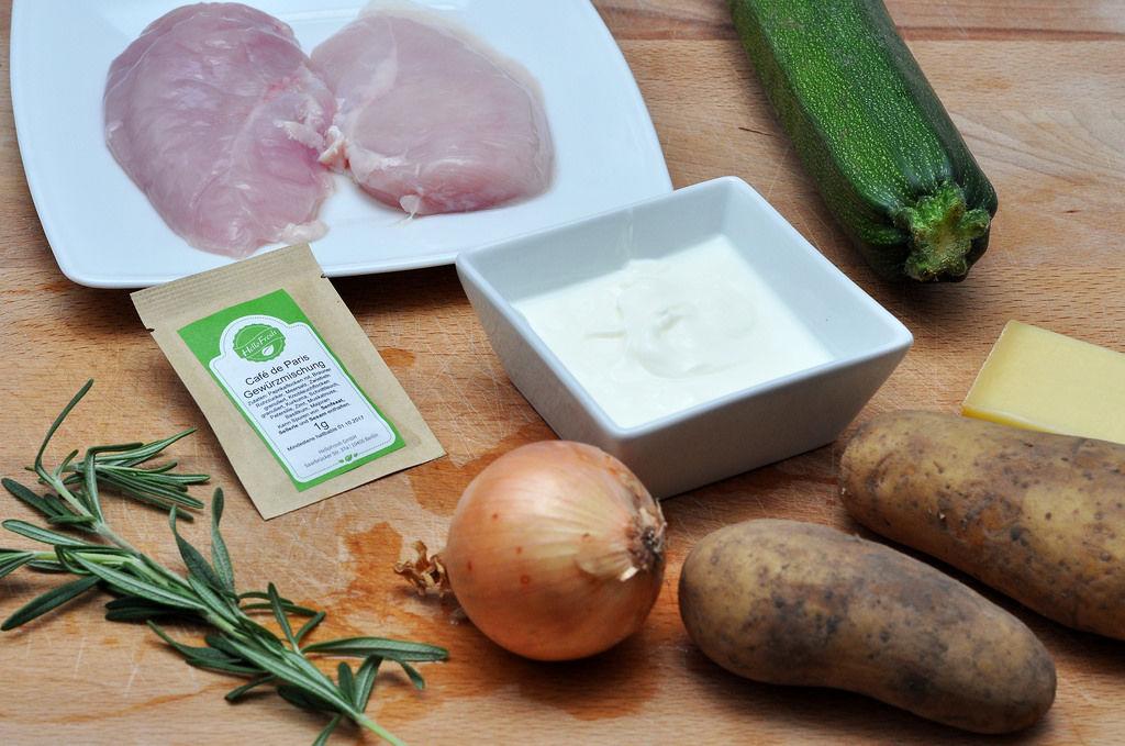 Zutaten: Hähnchen, Rosmarin, Zwiebeln, Johgurt, Kartoffeln, Käse und Zucchini