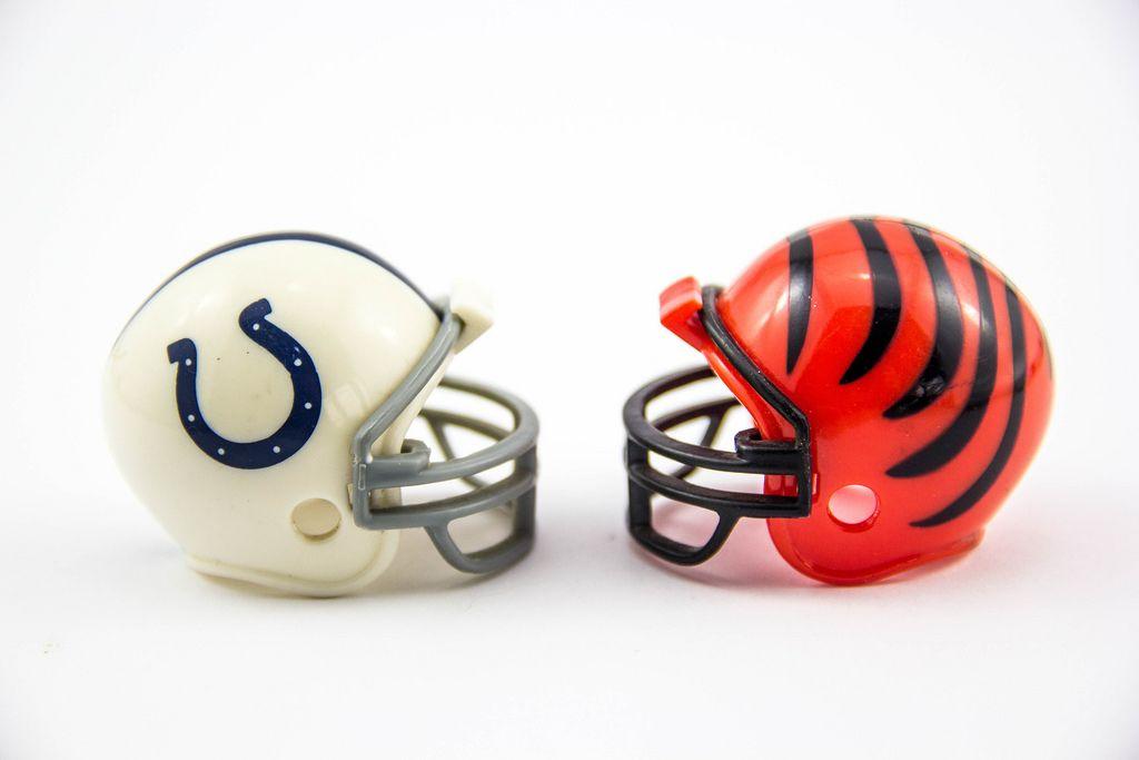 Zwei American Football Helme auf weißem Hintergrund