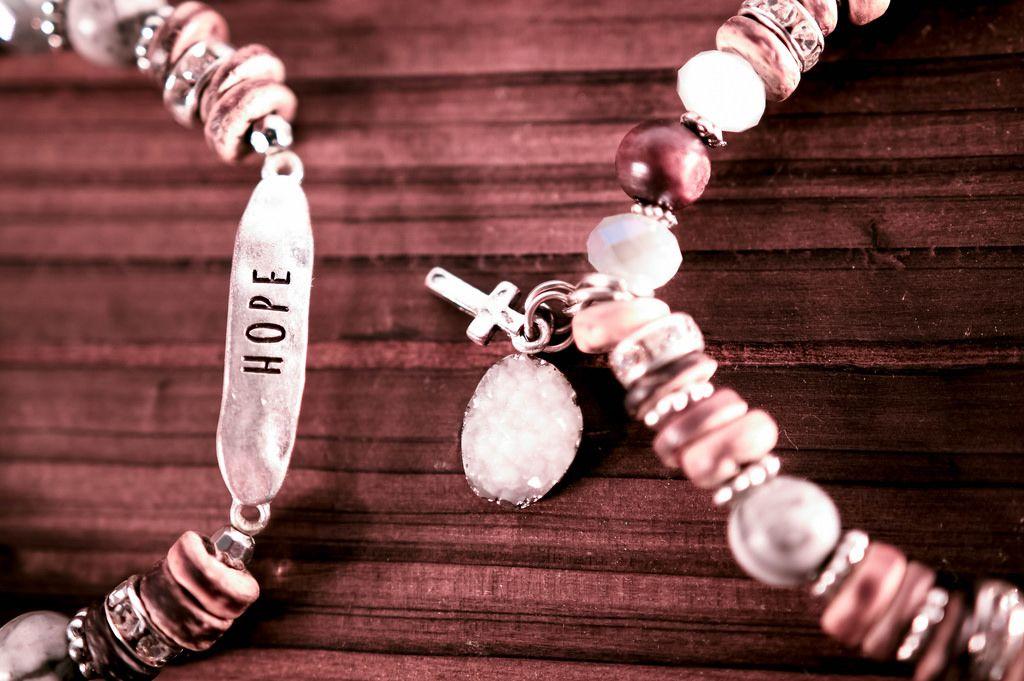 Zwei Armbänder auf einem Holztisch