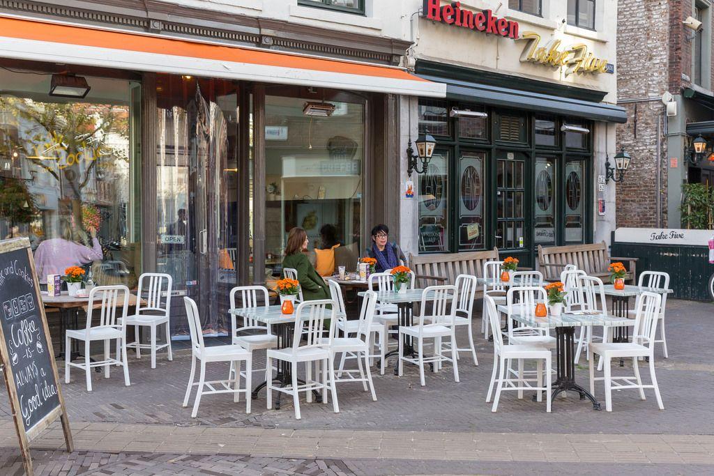 Zwei Damen sitzen in einem Straßencafe in der Fussgängerzone Venlos