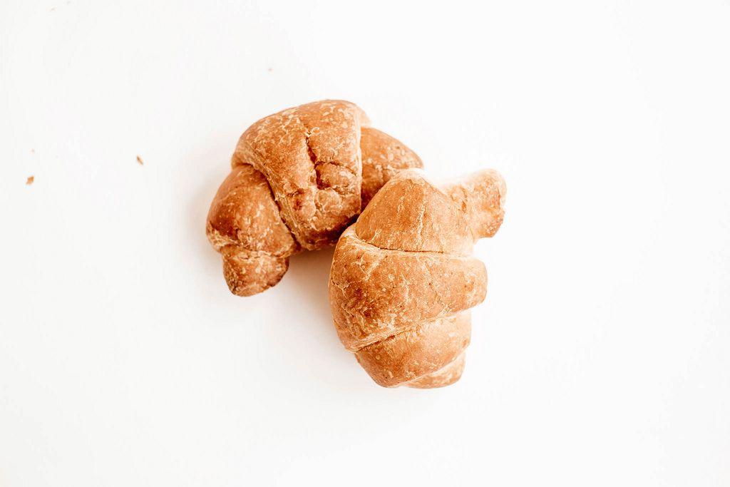 Zwei kleine Croissants auf weißem Untergrund