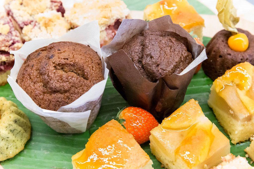 Zwei kleine Schokoladentörtchen neben Früchten und Obstkuchen wird als Nachtisch serviert beim Barcamp OMWest19 von AXA in Köln