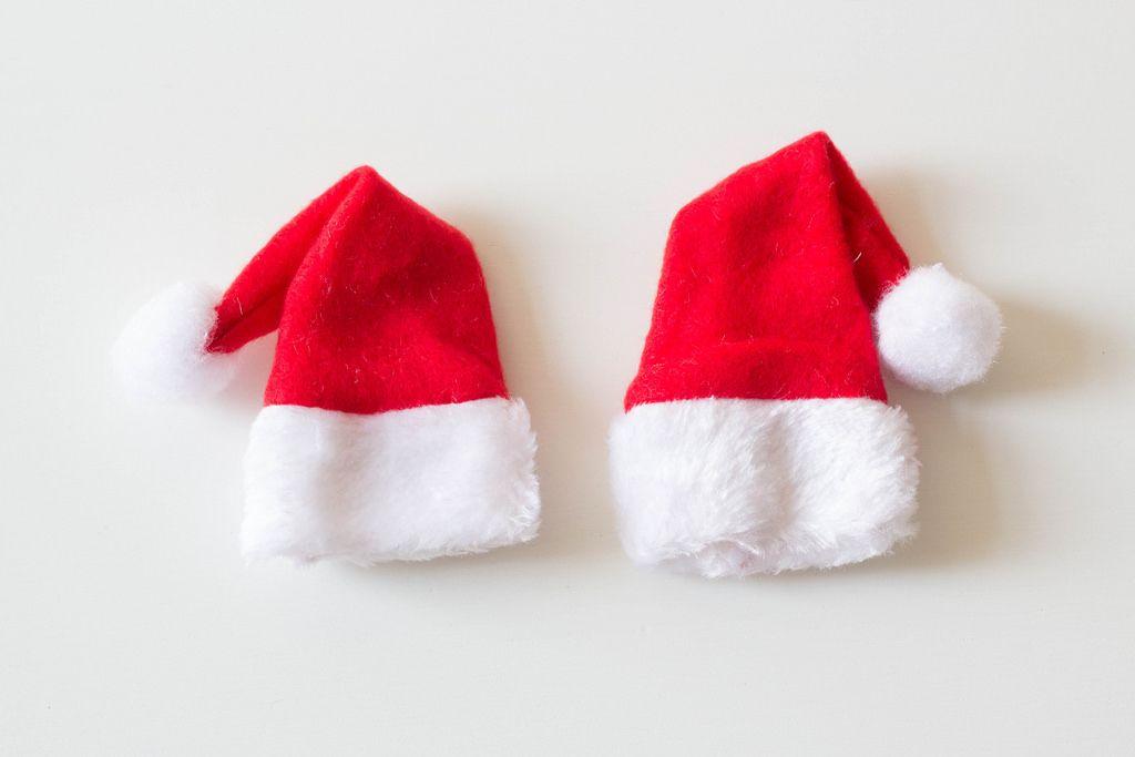 Zwei Nikolausmützen vor weißem Hintergrund