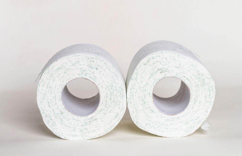 Zwei Rollen Toilettenpapier