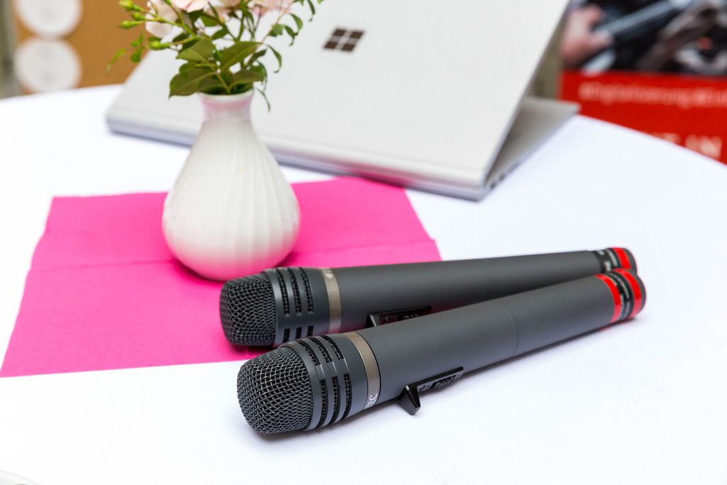 Zwei schnurlose Mikrofone auf dem Tisch