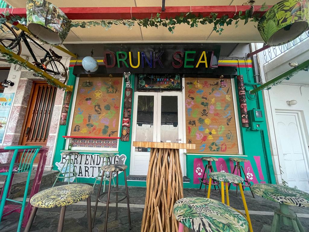 """""""Drunk seal"""": Cocktail Bar mit bunter Einrichtung direkt am kleinen Hafen von Patitiri auf Alonnisos"""