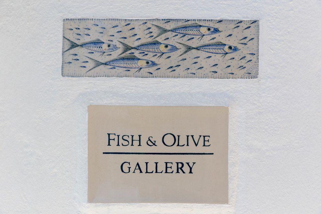"""""""Fish & Olive Creations"""" Schild auf Naxos, Kyklades. Galerie für handgemachte Keramik und Schmuck"""