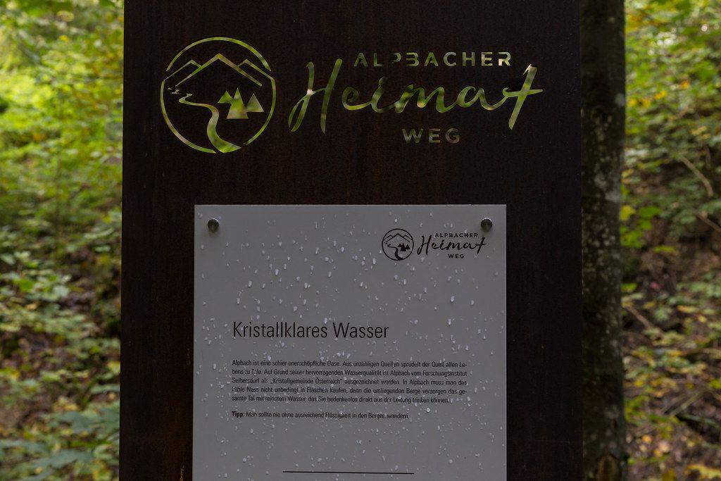 """""""Kristallgemeinde Österreich"""": ein Schild weist auf die ausgezeichnete Wasserqualität in Alpbach hin"""