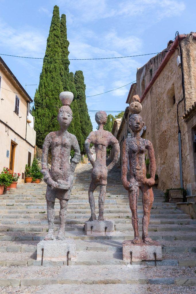 """""""Raons Humanes"""": Skulpturen von J. Bennàssar. Drei Figuren auf den 365 Stufen in Pollença, Mallorca"""