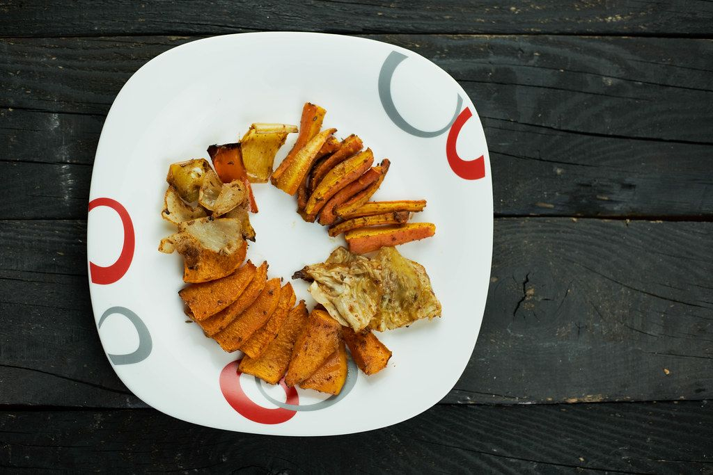A plate of oven-baked organic vegetable chips