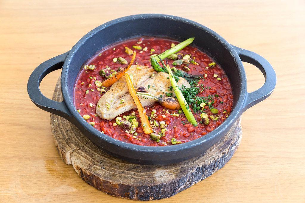 Abbaco Restaurant auf Mallorca: Hähnchenbrust, Reis, rote Bete und Gemüse in einem kleinen Topf