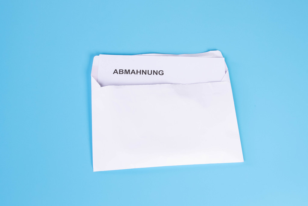 Abmahnung text with an envelope