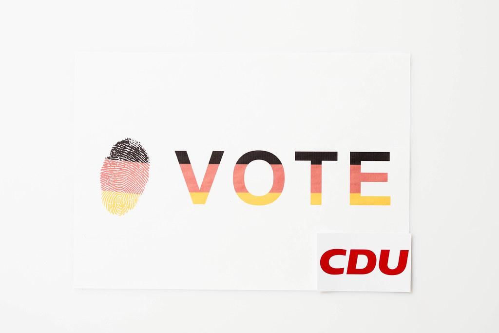 Abstimmung für die CDU bei der Bundestagswahl 2021: Zettel mit Farben der deutschen Flagge