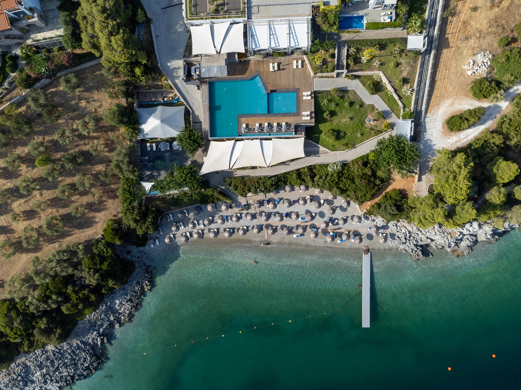 Adrina Resort & Spa: Drohnenaufnahme des infinity Swimmingpools in der Bucht Panormos auf Skopelos