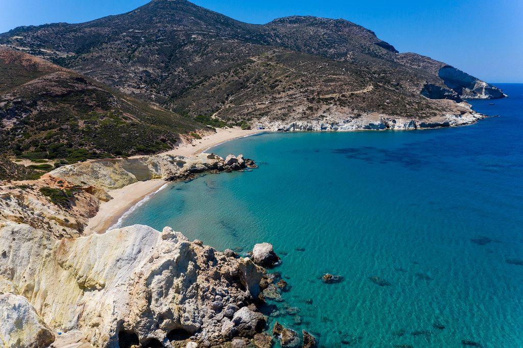 Agios Ioannis: einer der einsamsten Strände auf Milos, Griechenland. Drohnenaufnahme