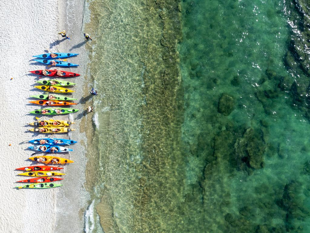 Aktivurlaub am Strand der griechischen Insel Skopelos: Kajaks am Milia Beach, Drohnenaufnahme