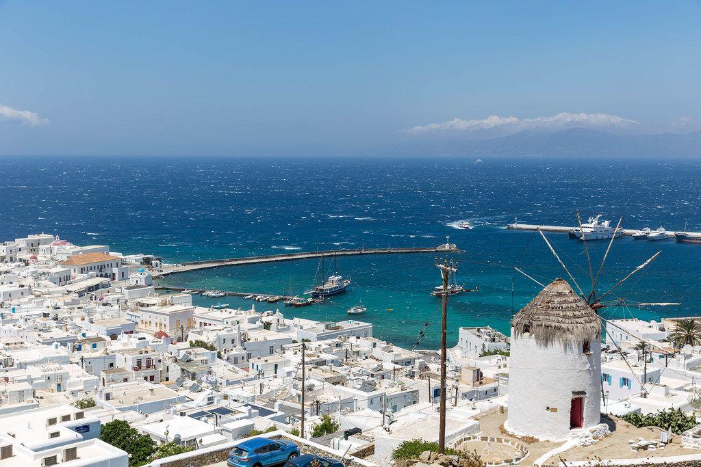 Alte Windmühle auf dem Hügel mit Blick auf Chora und den Hafen von Mykonos, Griechenland