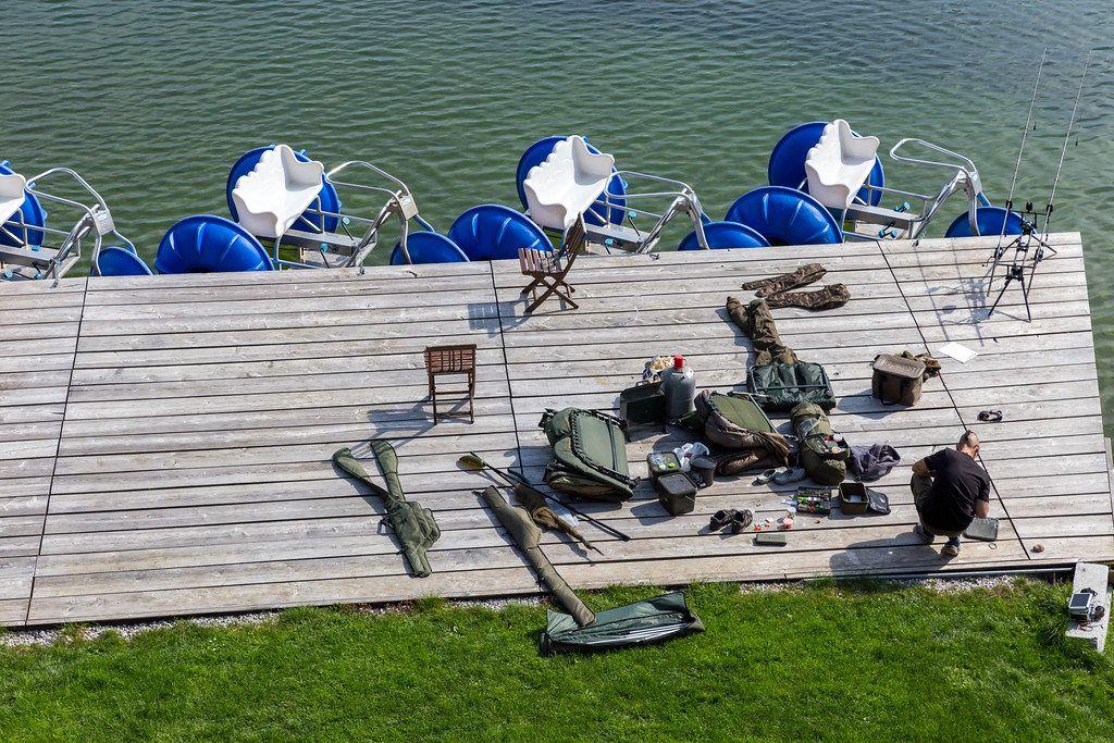 Angelsport am Reintalersee in Kramsach: ein Angler bereitet seine Angelausrüstung am Seerand vor