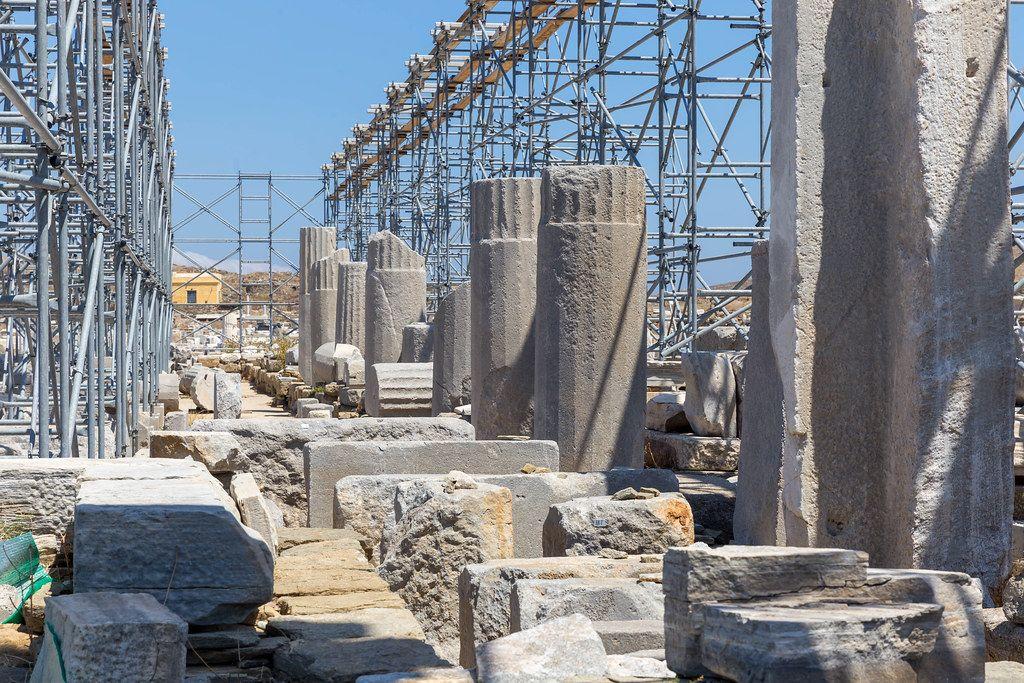 Antike Säulen und Gerüst bei der Ausgrabungsstätte von Delos, Kykladen, Griechenland