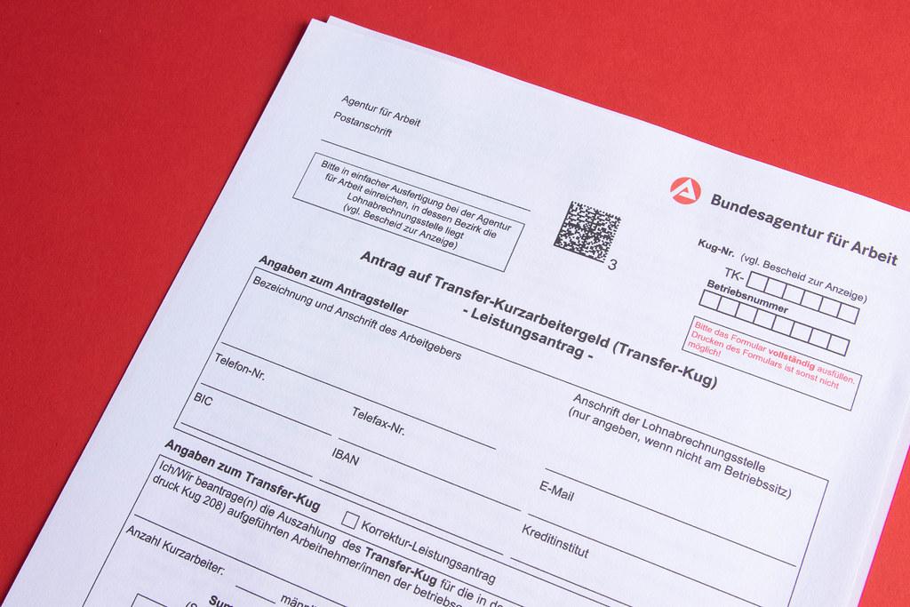 Antrag auf Transferkurzarbeitergeld on red background