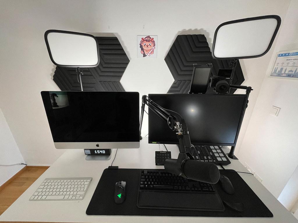 Arbeitsplatz für Livestreaming mit zwei Monitoren, professionellem Mikrofon, Kamera, Mischpult, Isolierpanels (Twitch)