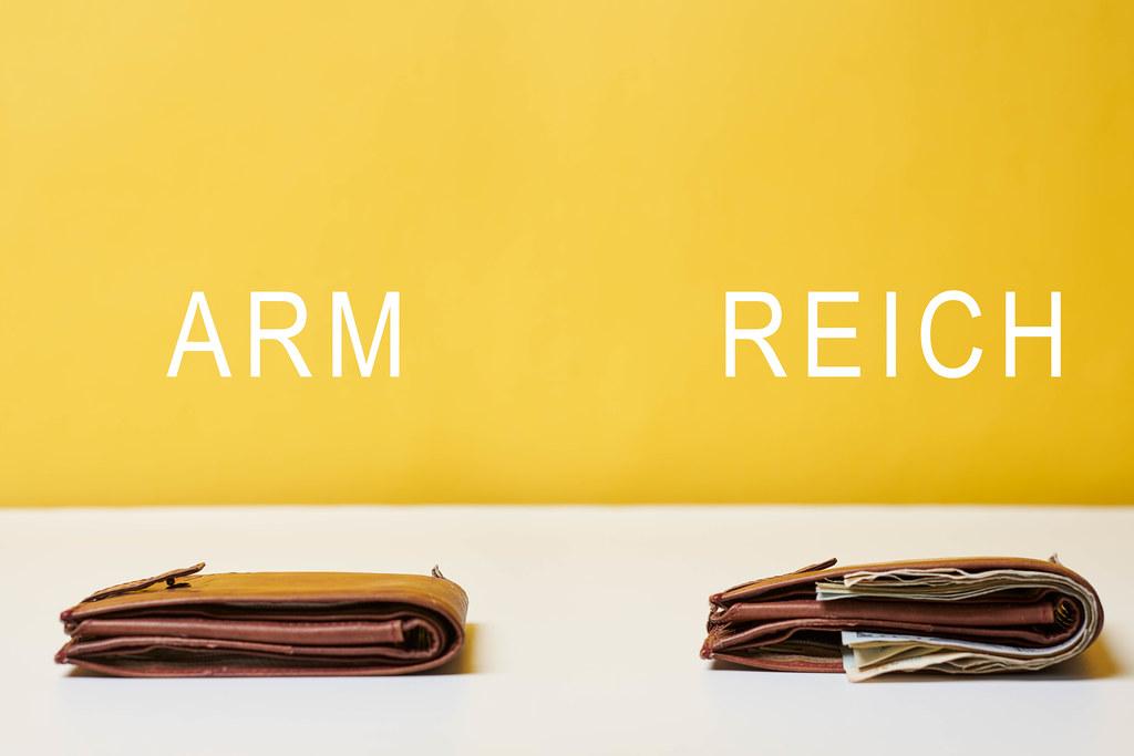 Arm und Reich - leere und volle Brieftasche