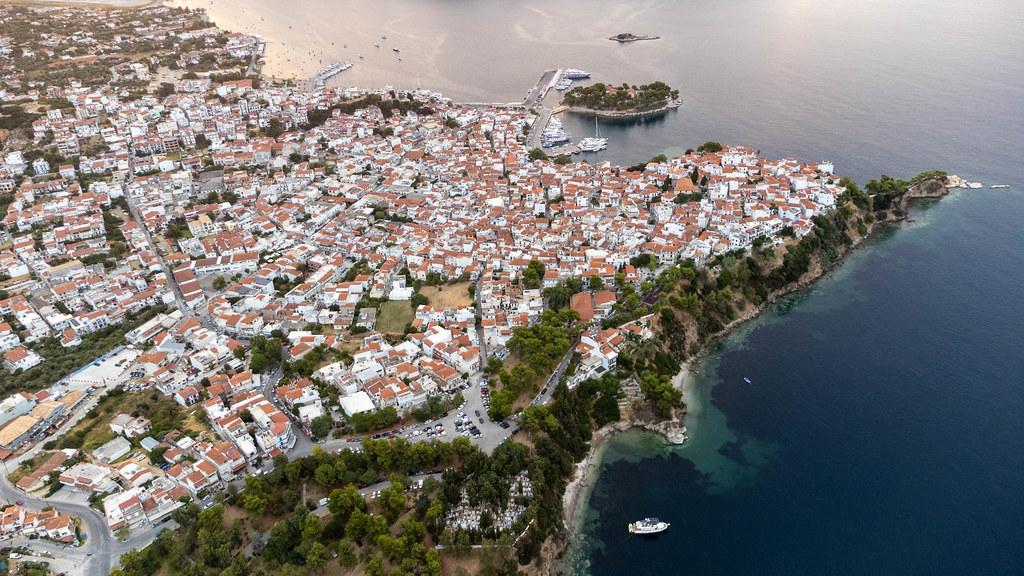 Atemberaubendes Skiathos: Stadt mit roten Dächern und weißen Häusern auf der griechischen Insel