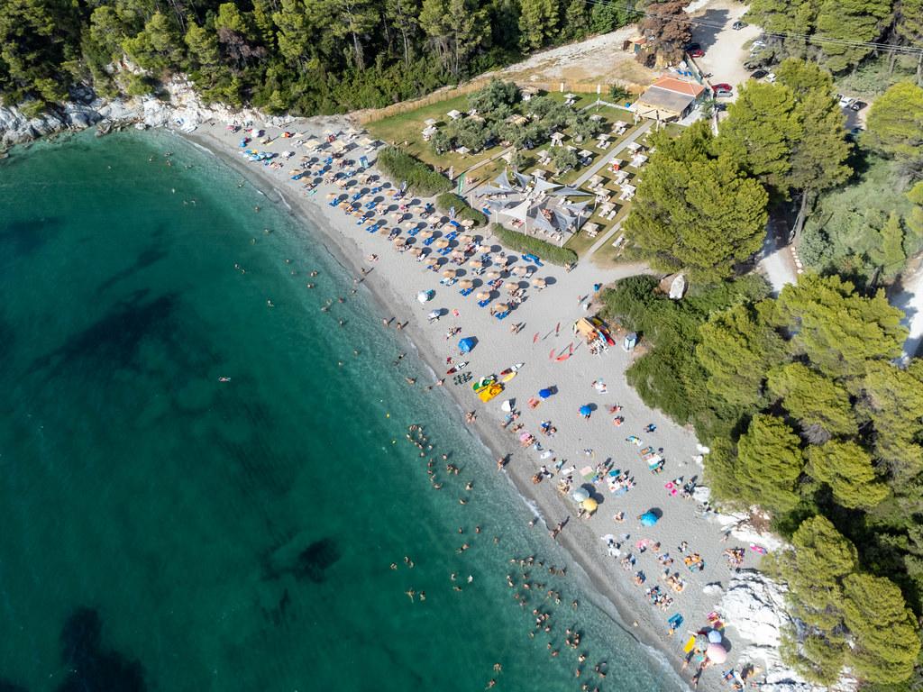 Auf den Spuren von Mamma Mia! Luftbild des Strandes Kastani im Sommer 2021 auf Skopelos