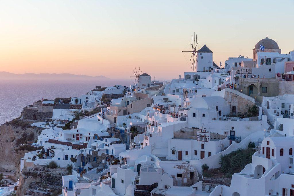 Auf den Terrassen Oias beobachten und fotografieren die Touristen den Sonnenuntergang