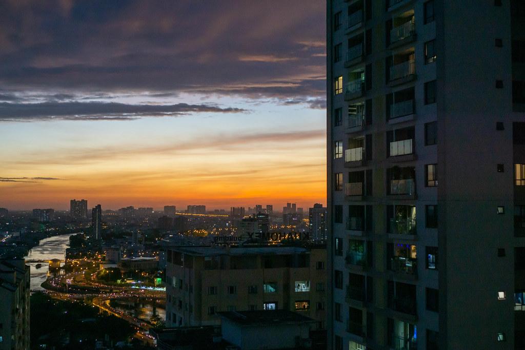 Aussicht auf den Verkehr und Distrikt 5 von Ho Chi Minh City am Abend mit farbenfrohem Himmel in Saigon, Vietnam
