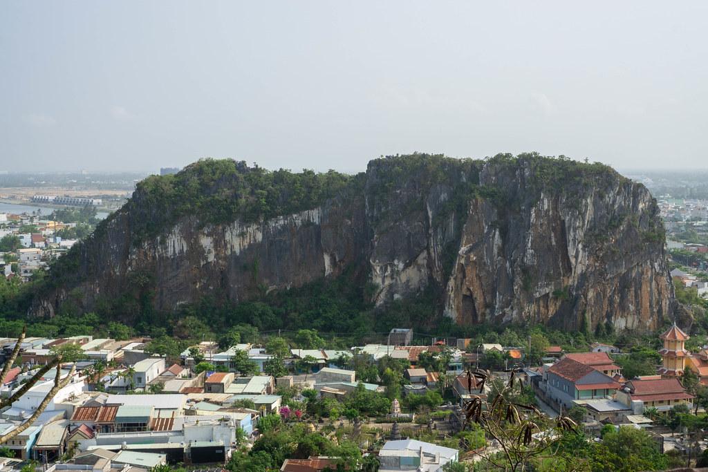 Aussichtspunkt der Marble Mountains mit Blick auf Gebäude, Straßen und Kalkstein Felsen in Da Nang, Vietnam
