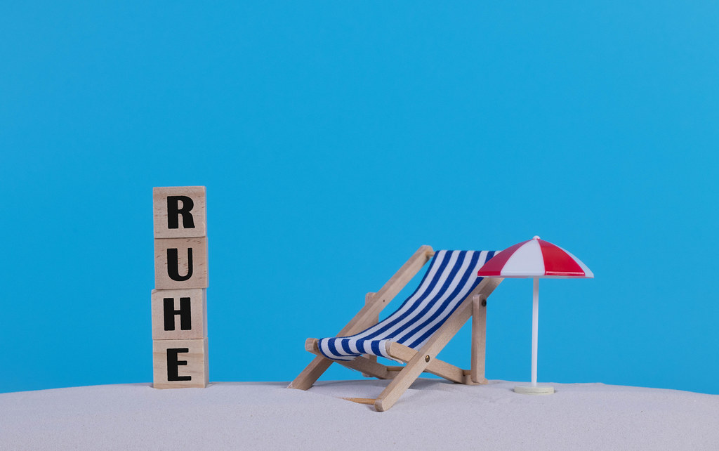 Beach chair and wooden blocks with Ruhe text