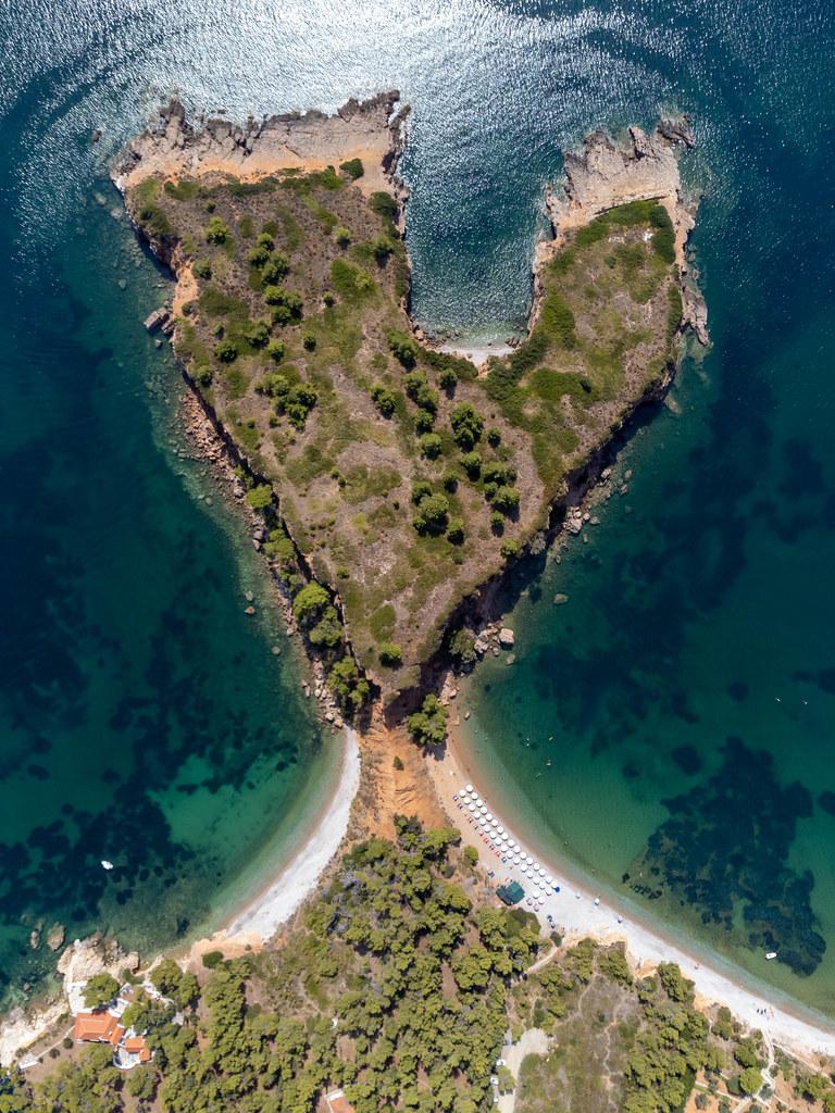 Bezaubernde Landschaft auf dem griechischen Insel Alonnisos: Kokkinokastro Landzunge und Strand. Luftbild