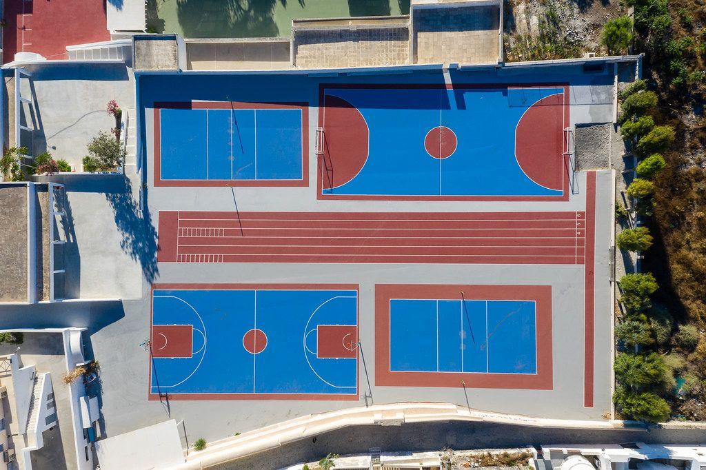 Blau-rote Sportanlage ohne Menschen auf Santorin. Luftaufnahme