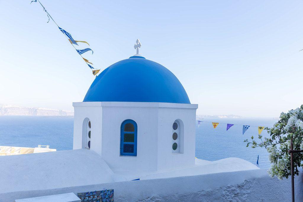 Blau und weiß auf der Insel Santorini: Kirche mit blauer Kuppel, Meer und Himmel