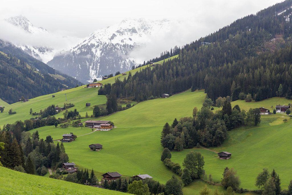 Blick auf das Alpbachtal in Tirol mit schneebedeckten Berggipfeln im Hintergrund