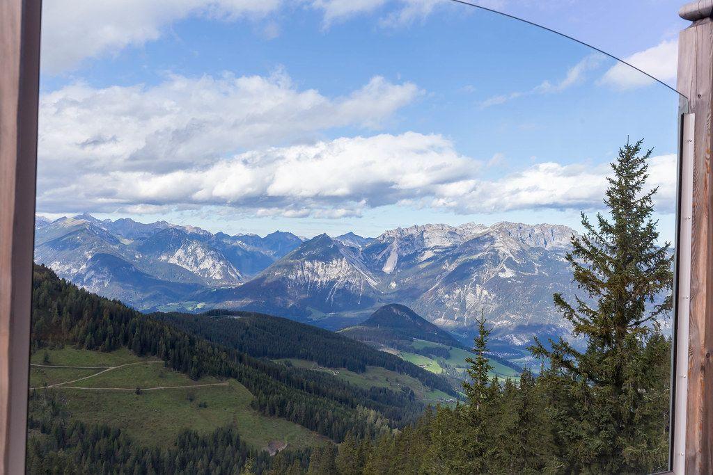 Blick in die österreichischen Alpen von der Aussichtsterrasse der Dauerstoa Alm im Alpbachtal