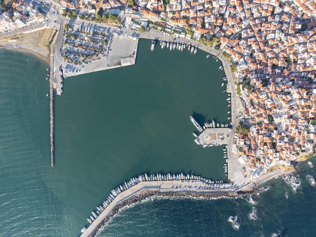 Boote entlang der Seebrücke im Hafen von Skopelos aufgereiht. Vogelperspektive