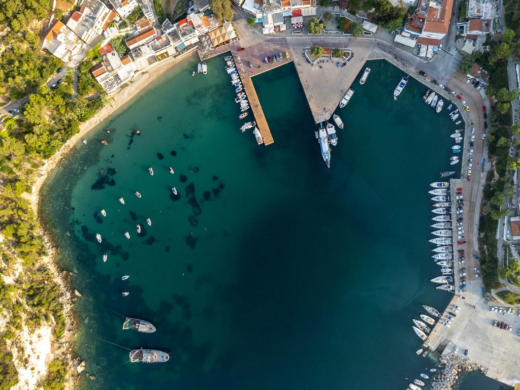 Boote in der Bucht von Patitiri beim Hafen auf der griechischen Insel Alonnisos. Luftbild