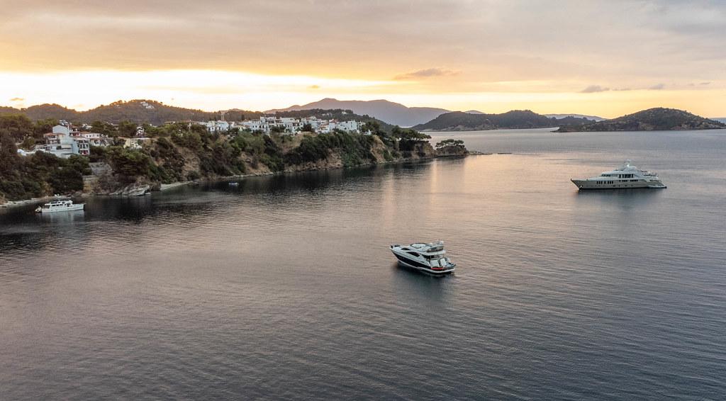 Boote und Sonnenuntergang auf der griechischen Insel Skiathos. Luftbild