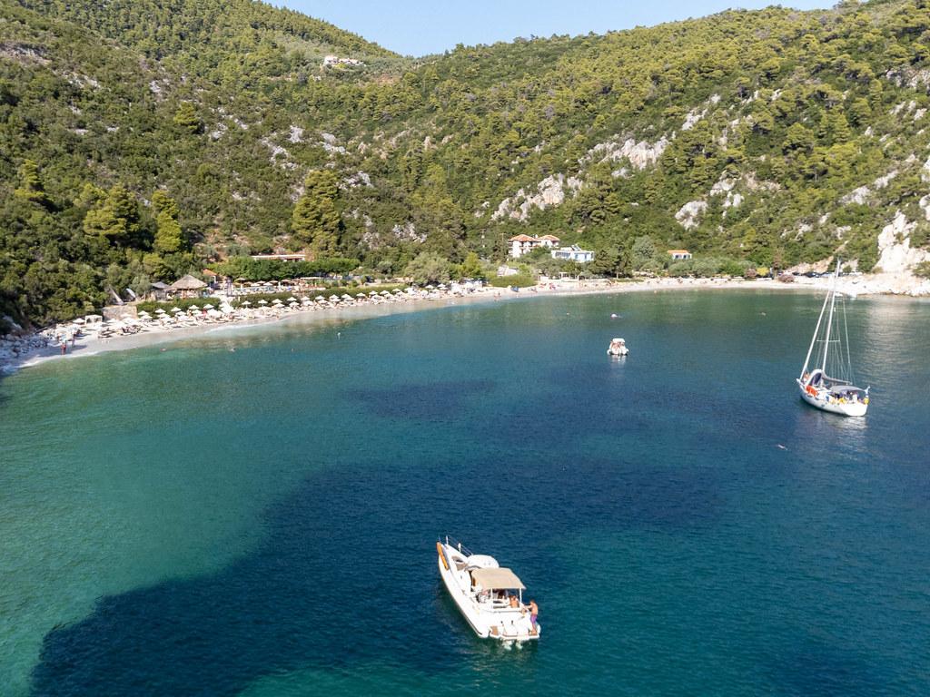 Boote vor dem Strand Limnonari auf Skopelos. Sommerurlaub 2021 in Griechenland