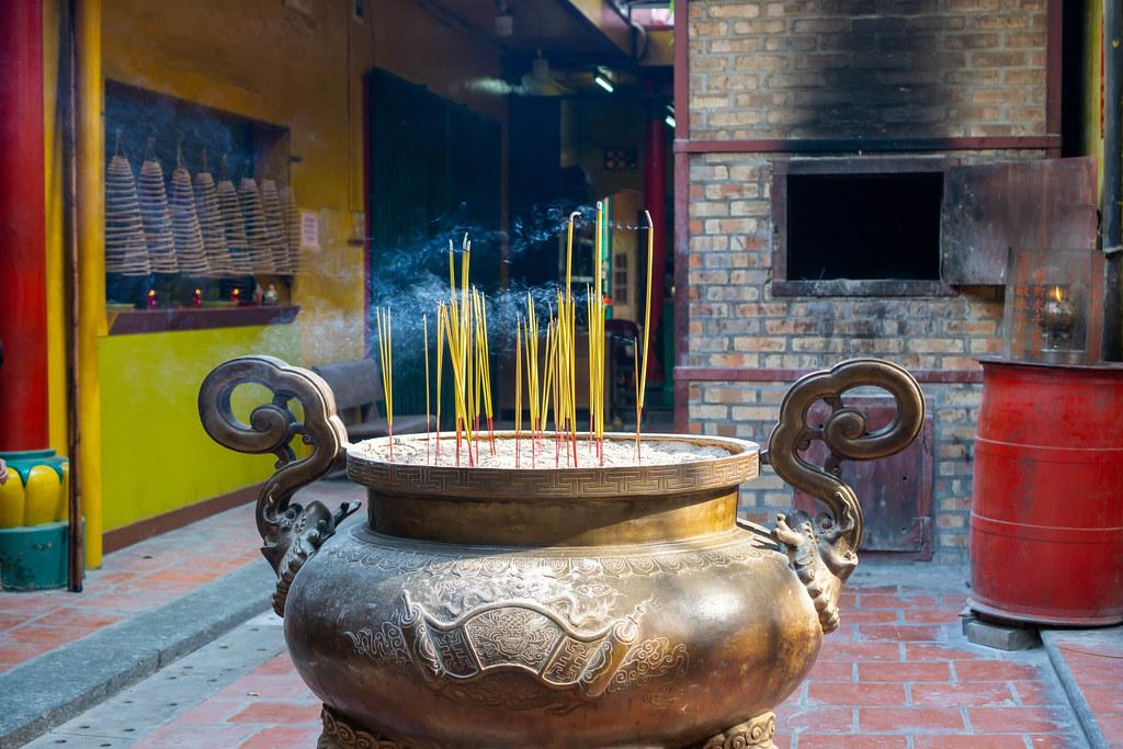 Brennende Räucherstäbchen in einem großen Keramiktopf mit Sand in der chinesischen On Lang Pagode in Distrikt 5 in Ho Chi Minh Stadt, Vietnam