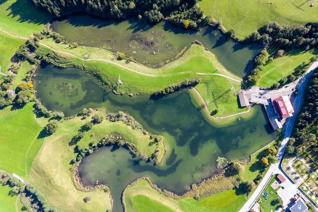 Buchsee und Krummsee bei Kramsach: Overhead Drohnenaufnahme von kleinen grünen Seen in Tirol