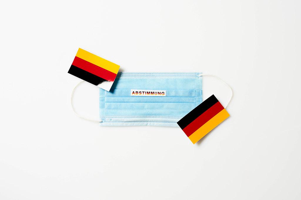 Bundestagswahl 2021: medizinische Gesichtsmaske mit Schrift